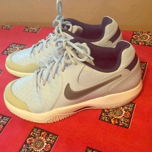Women's  blue Nike Air resistance 8.5 tennis shoes